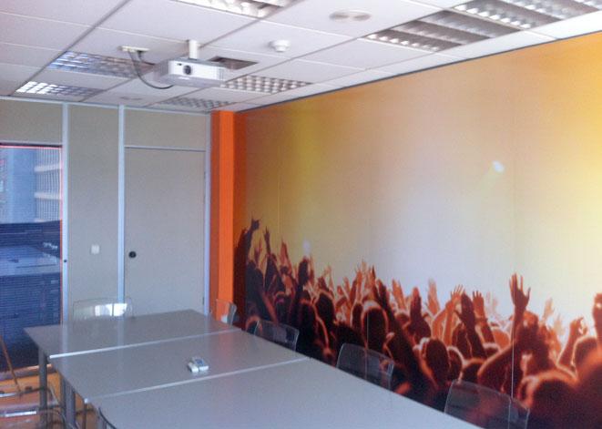 Foto de los paneles en la sala de reuniones